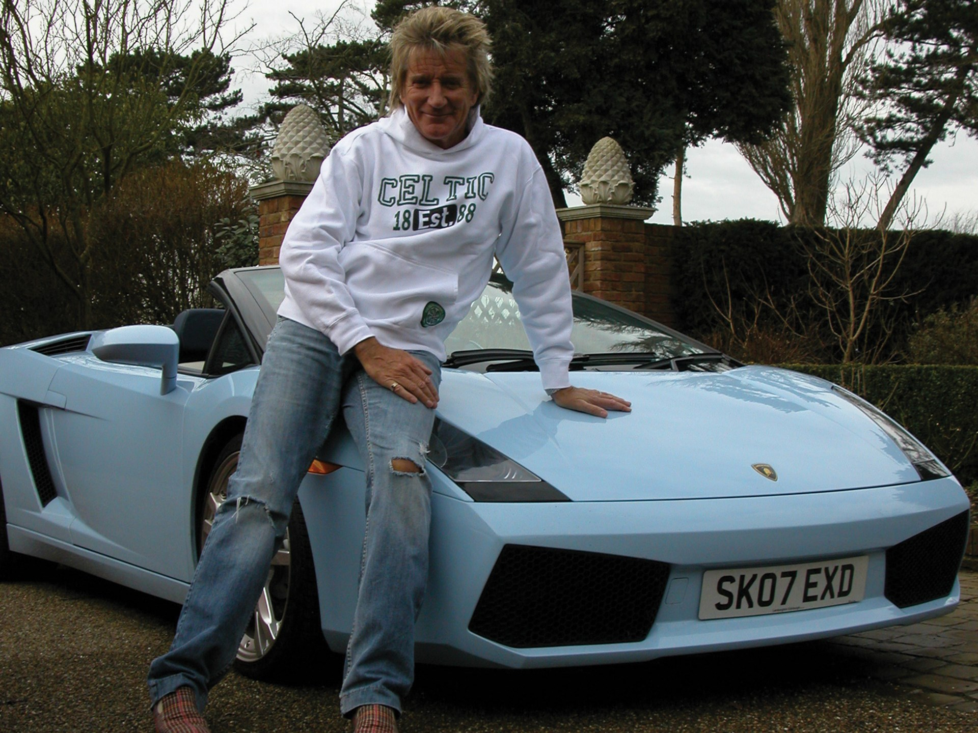 Rod Stewart poses with his Lamborghini Gallardo Spyder outside his home in 2009.