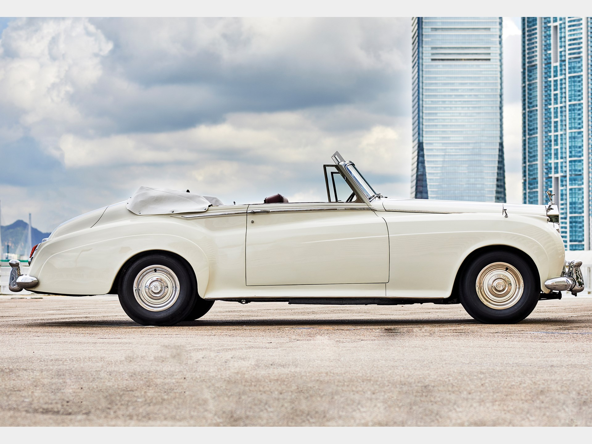 1960 Rolls-Royce Silver Cloud II Drophead Coupé Adaptation by H.J. Mulliner