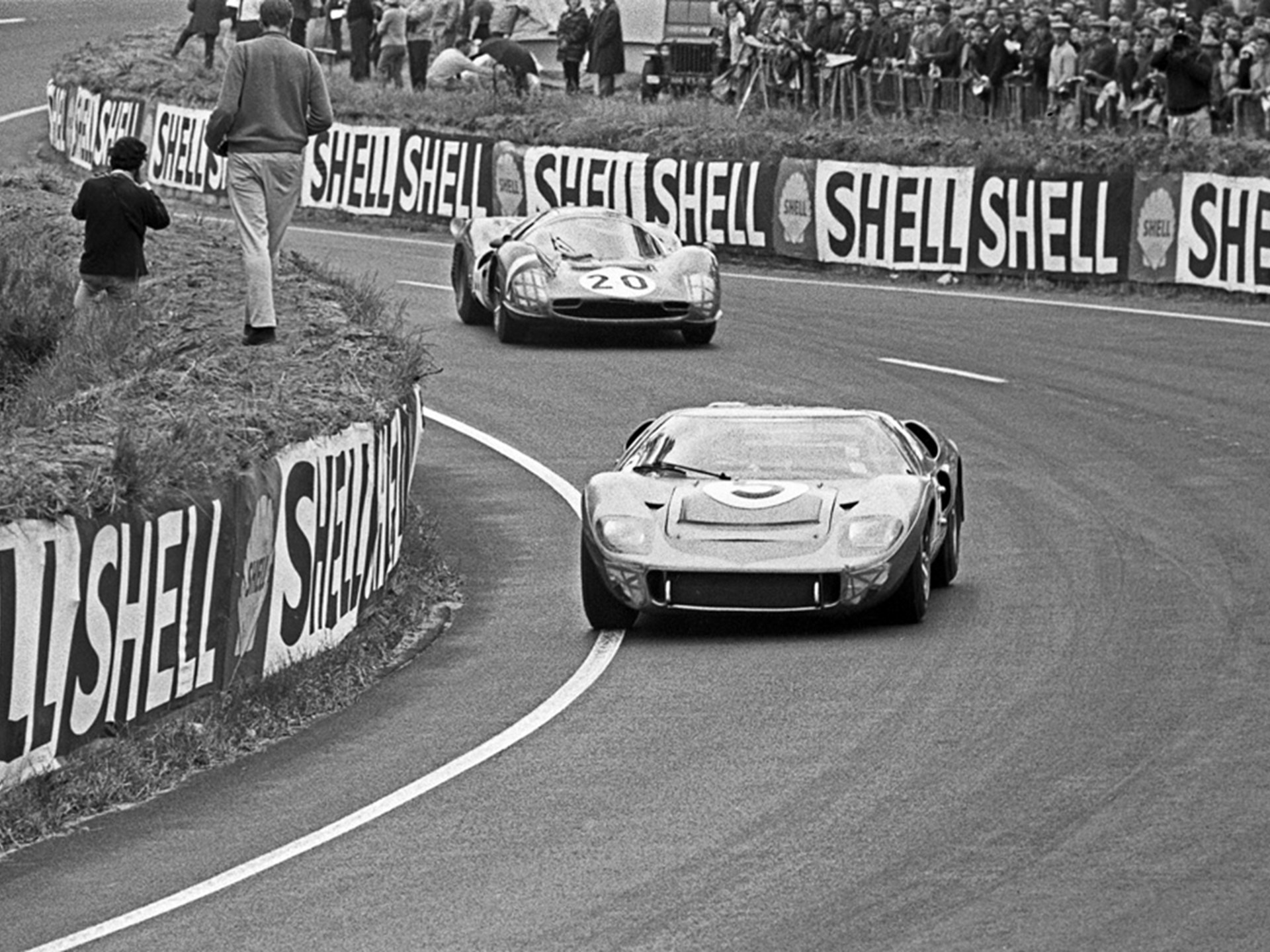 GT40 P/1016 rounds the Esses at Le Mans in 1966.