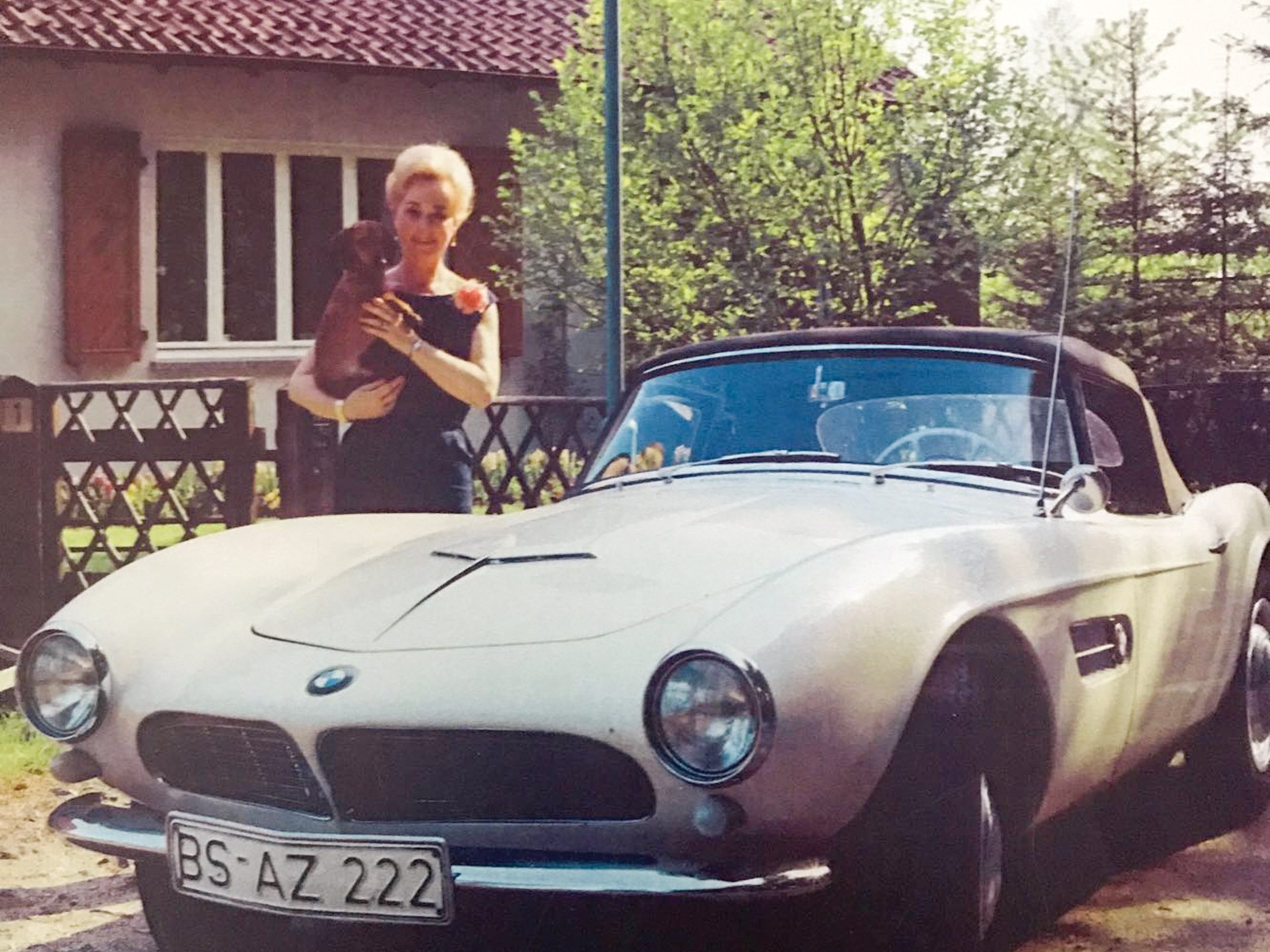 Elisabeth Bartels with her new BMW 507 in 1958.